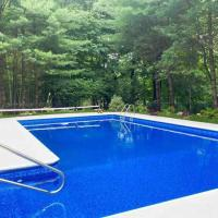 Beautiful 7 bedroom home with inground heated pool, hotel in Suffern