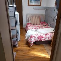 Larchmont Stay Side en suite with small double bed