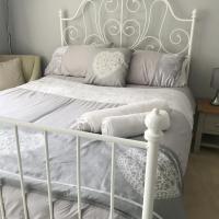 Private Bedroom in Corfe Mullen, hotel in Corfe Mullen