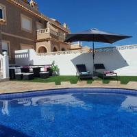 villa familiar con piscina privada climatizada, hotel in La Tercia