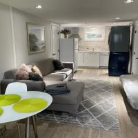 2 BR Suite, Perfect Location, Walk to Ambleside Beach and Village, hotel em West Vancouver