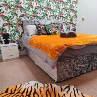 Peace in the Jungle - sleeps 6, WiFi, Smart TV, Parking, Town Centre