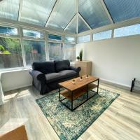 Comfortable Canterbury 2 bed house with garden, drive and conservatory, hotel in Canterbury