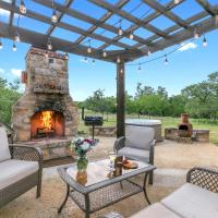 New! Luxury Home with Hot tub, Fire Pit & Hill Country Views, hotel in Luckenbach