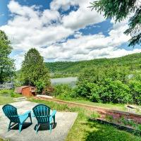 Rustic, cozy waterfront retreat - beach, canoe & paddleboats!, hotel em Val des Monts