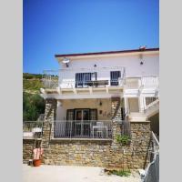 La casa blu nel Cilento con patio, giardino, spazio esterno con barbecue e doccia esterna, hotel ad Agnone