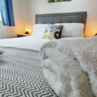 CEDAR HOUSE - Spacious 4Bedroom House 2Bath Kitchen SmartTV Lounge Garden Wifi FreeParking PetsAllowed