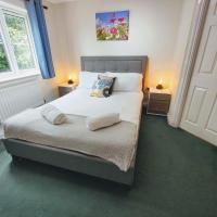 CEDAR HOUSE - Spacious 4Bedroom House 2Bath Kitchen SmartTV Lounge Garden Wifi FreeParking