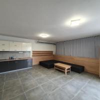 Moderný apartmán 4+1 pri kúpalisku na Kurinci, hotel in Rimavská Sobota