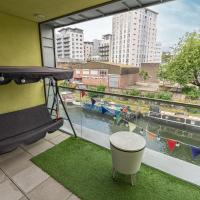 Stylish 3-bed flat with waterside balcony in Shoreditch, East London, hotel in London