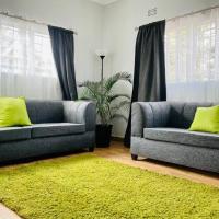 Lovely two bed apartment with serene gardens, hotel near Simon Mwansa Kapwepwe International Airport - NLA, Ndola