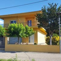 Acogedora y amplia casa en pueblo tranquilo., hotel a prop de Aeroport de Girona-Costa Brava - GRO, a San Dalmay