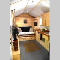 Delightful Tiny Home w/Patio, Fire Pit and Recording Studio, hotel em Orangeville