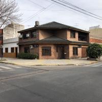 Casa Chalet alquiler temporario/ 4 ambientes/ garaje/ patio/quincho / 164M2, hotel en Buenos Aires