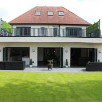 Spacious 6 bedroom home with outdoor dining area
