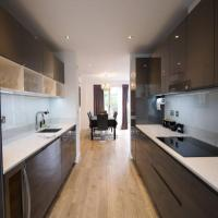 Luxurious 4bdr townhouse with roof terrace & garden!