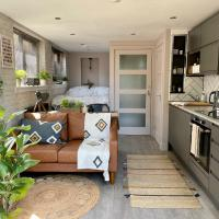 Stylish, central studio with kitchen & large deck