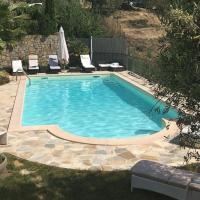 Villa mit Privaten Schwimmpool undAussenwhirlpol, hotell i Dolceacqua