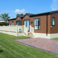 Luxurious Cabin Lodge 2 / 3 Bed, With Private Hot-Tub. Near York, hotel in Wilberfoss