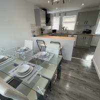 NEW Luxurious Modern Large 3 Bed House - Sleeps Up to 10 Guests - Sky Ultra HD, Sky Movies, Netflix, Disney Plus