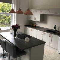 Stunning 2 bedroom apartment - good links to Chester & L'pool