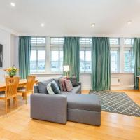 Top floor short let apartment with terrace by Trafalgar Square