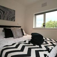 Modern 'Serviced Apartment' sleeps 4, hotel in Reading