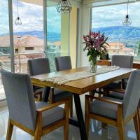 HERMOSO DEPARTAMENTO CON INCREIBLES VISTAS CUMBAYA, hotel em Quito
