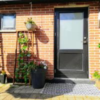 5 minute walk to LEGO - Private entrance Guest House