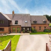 Thirlby Main House (Sleeps 15) with Garden, Hot Tub, Trampoline, Pool Table & Gym - Perfect for Contractors and Large Groups by Yoko Property