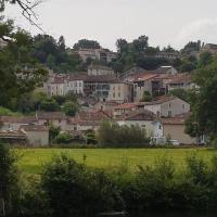 Charmante petite maison de ville à 2 pas du centre, hotel in Aubeterre-sur-Dronne