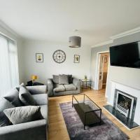 Wolverhampton, Large Modern 3 bed house, Perfect for Contractors, Business Travellers, Short Stays, Gardens, Driveway for 2 Vehicles. Close to M6, M54