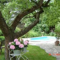 Ferienhaus im Garten mit Pool
