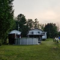Lakefront Cottage with Swimming Pool and Billiards, hotel em Mille-Isles