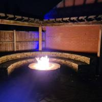Detached luxury 5 bed house, lanscaped garden, fire pit, parking, can sleep families or workers