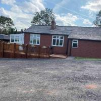 Little Holme Cosy Rural Stay With Indoor Hot Tub, hotel in Long Green