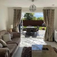Larks Cottage with hot tub pool table and sky