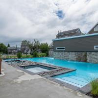 Condo climatisé près du Mont Sainte-Anne avec parc aquatique, piscine, spa, gym, arcades et billard !, hotel em Beaupré