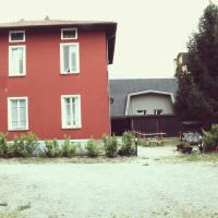Red House, hotell i Garlate