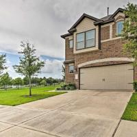 Gorgeous 3-Bedroom Townhome with Relaxing LakeView!, hotel in Rosenberg
