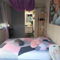 Hébergement insolite avec Bungalow tout confort, bulle atypique et spa, hotel in Montpouillan