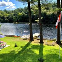 Waterfront 3-bedroom cottage with great view, hotel in Parry Sound
