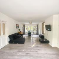 Large 5 bedroom detached house with gated parking!
