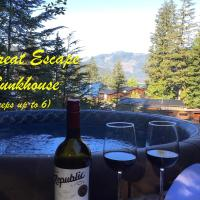 The Great Escape - with Bunkhouse and Secluded Hot Tub, hotel in Port Renfrew