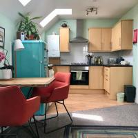 Cosy & Colourful flat near Gloucester Road!