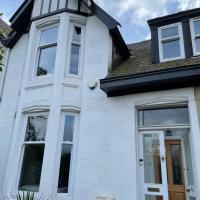 West End 3 Bedroom House with private garden and free parking, near SEC and train links