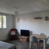 Private room canapé-lit, hotel near Paris Beauvais-Tille Airport - BVA, Beauvais