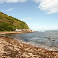 SHORESIDE COTTAGE: Stunning, Right by the Sea !