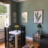 By the Pagoda- cozy garden flat by Richmond & Kew Gardens