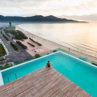A La Carte Da Nang Beach, hotel in Danang